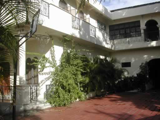 http://viajesestudiantiles.com/site/images/servicios/photobox-trinidad/St_Clair_Casa_de_Familia_JPG.jpg